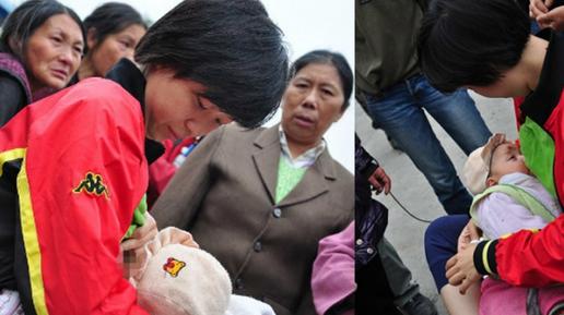紅衣女給災區BB餵母乳